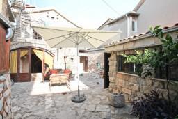 Территория. Черногория, Жанице / Мириште : Дом в Луштице (Мркови) с 2-мя отдельными спальнями, с гостиной, с двориком, с террасой на крыше, 3G модем бесплатно