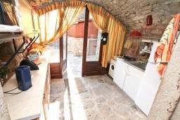 Кухня. Черногория, Жанице / Мириште : Дом в Луштице (Мркови) с 2-мя отдельными спальнями, с гостиной, с двориком, с террасой на крыше, 3G модем бесплатно