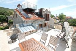 Территория. Черногория, Жанице / Мириште : Дом в Луштице (Мркови) с 2-мя отдельными спальнями, с большой гостиной и столовой, с большой кухней, с 2-мя ванными комнатами, с внутреннем двориком, с террасой на крыше, с бассейном, с местом для барбекю, 3G модем бесплатно