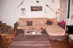 Гостиная. Черногория, Приевор : 3-х этажный дом в Будве (Приевор) с 4-мя отдельными спальнями, с 2-мя ванными комнатами, с 2-мя гостиными, с бассейном, с террасой, с местом для барбекю, с зеленой территорией, несколько парковочных мест, Wi-Fi