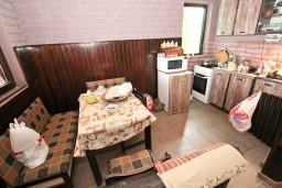 Кухня. Черногория, Приевор : 3-х этажный дом в Будве (Приевор) с 4-мя отдельными спальнями, с 2-мя ванными комнатами, с 2-мя гостиными, с бассейном, с террасой, с местом для барбекю, с зеленой территорией, несколько парковочных мест, Wi-Fi