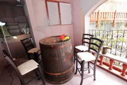 Терраса. Черногория, Приевор : 3-х этажный дом в Будве (Приевор) с 4-мя отдельными спальнями, с 2-мя ванными комнатами, с 2-мя гостиными, с бассейном, с террасой, с местом для барбекю, с зеленой территорией, несколько парковочных мест, Wi-Fi