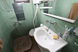 Ванная комната. Черногория, Приевор : 3-х этажный дом в Будве (Приевор) с 4-мя отдельными спальнями, с 2-мя ванными комнатами, с 2-мя гостиными, с бассейном, с террасой, с местом для барбекю, с зеленой территорией, несколько парковочных мест, Wi-Fi