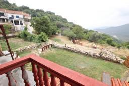 Вид. Черногория, Приевор : 3-х этажный дом в Будве (Приевор) с 4-мя отдельными спальнями, с 2-мя ванными комнатами, с 2-мя гостиными, с бассейном, с террасой, с местом для барбекю, с зеленой территорией, несколько парковочных мест, Wi-Fi
