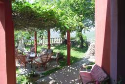 Территория. Черногория, Приевор : 3-х этажный дом в Будве (Приевор) с 4-мя отдельными спальнями, с 2-мя ванными комнатами, с 2-мя гостиными, с бассейном, с террасой, с местом для барбекю, с зеленой территорией, несколько парковочных мест, Wi-Fi