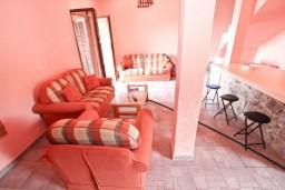 Гостиная. Черногория, Приевор : 2-х этажный дом в Будве (Приевор) с 3-мя отдельными спальнями, с 2-мя ванными комнатами, с большой гостиной, с бассейном, с террасой, с местом для барбекю, с зеленой территорией, несколько парковочных мест, Wi-Fi