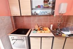 Кухня. Черногория, Приевор : 2-х этажный дом в Будве (Приевор) с 3-мя отдельными спальнями, с 2-мя ванными комнатами, с большой гостиной, с бассейном, с террасой, с местом для барбекю, с зеленой территорией, несколько парковочных мест, Wi-Fi