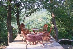 Территория. Черногория, Приевор : 2-х этажный дом в Будве (Приевор) с 3-мя отдельными спальнями, с 2-мя ванными комнатами, с большой гостиной, с бассейном, с террасой, с местом для барбекю, с зеленой территорией, несколько парковочных мест, Wi-Fi