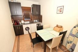 Обеденная зона. Черногория, Будва : Современный апартамент для 5 человек, с отдельной спальней, с террасой