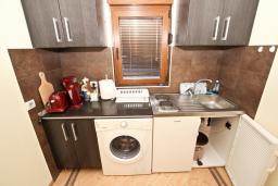 Кухня. Черногория, Будва : Современный апартамент для 5 человек, с отдельной спальней, с террасой
