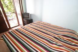 Спальня. Черногория, Будва : Современный апартамент для 5 человек, с отдельной спальней, с террасой