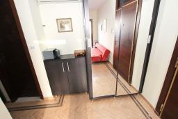 Гардеробная / шкаф. Черногория, Будва : Современный апартамент для 5 человек, с отдельной спальней, с террасой