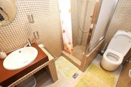 Ванная комната. Черногория, Будва : Современный апартамент для 5 человек, с отдельной спальней, с террасой