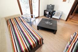 Черногория, Будва : Современный апартамент с отдельной спальней, с 2-мя балконами