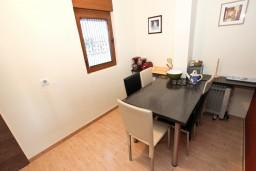 Обеденная зона. Черногория, Будва : Современный апартамент с отдельной спальней, с 2-мя балконами