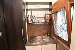 Кухня. Черногория, Будва : Современный апартамент с отдельной спальней, с 2-мя балконами