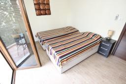 Спальня. Черногория, Будва : Современный апартамент с отдельной спальней, с 2-мя балконами