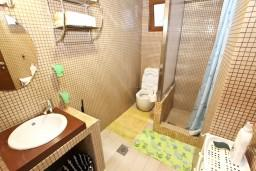Ванная комната. Черногория, Будва : Современный апартамент с отдельной спальней, с 2-мя балконами