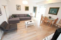 Гостиная. Черногория, Доброта : Современный апартамент для 4-5 человек, с отдельной спальней, с балконом с видом на море