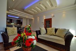 Гостиная. Черногория, Доброта : Апартамент для 7-9 человек, с 3-мя отдельными спальнями, с 2-мя ванными комнатами (ванна и душ), с большой гостиной, с террасой с видом на море, 20 метров до пляжа