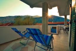Балкон. Черногория, Доброта : Апартамент для 7-9 человек, с 3-мя отдельными спальнями, с 2-мя ванными комнатами (ванна и душ), с большой гостиной, с террасой с видом на море, 20 метров до пляжа