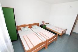 Спальня. Черногория, Крашичи : Апартамент для 5 человек, с 2-мя отдельными спальнями, с террасой с видом на море, 70 метров до пляжа