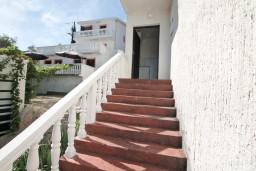 Вход. Черногория, Крашичи : Апартамент для 5 человек, с 2-мя отдельными спальнями, с террасой с видом на море, 70 метров до пляжа