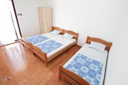 Спальня 3. Черногория, Крашичи : Большой апартамент для 10 человек, с 4-мя отдельными спальнями, с 2-мя ванными комнатами, с террасой с шикарным видом на море, 70 метров до пляжа