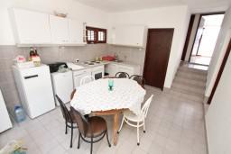 Кухня. Черногория, Крашичи : Большой апартамент для 10 человек, с 4-мя отдельными спальнями, с 2-мя ванными комнатами, с террасой с шикарным видом на море, 70 метров до пляжа