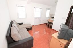 Гостиная. Черногория, Радовичи : Апартамент с отдельной спальней, с балконом с шикарным видом на море, возле пляжа