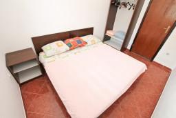 Спальня. Черногория, Радовичи : Апартамент с отдельной спальней, с балконом с шикарным видом на море, возле пляжа