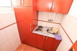 Кухня. Черногория, Доброта : Апартамент с отдельной спальней, с балконом с шикарным видом на море, возле пляжа