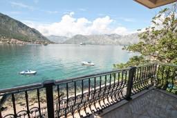 Вид на море. Черногория, Доброта : Апартамент с отдельной спальней, с балконом с шикарным видом на море, возле пляжа