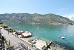 Вид. Черногория, Доброта : Апартамент с отдельной спальней, с балконом с шикарным видом на море, возле пляжа