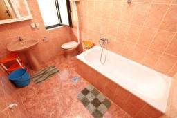 Ванная комната. Черногория, Доброта : Апартамент для 5 человек, с 2-мя отдельными спальнями, с большой гостиной, с балконом с шикарным видом на море