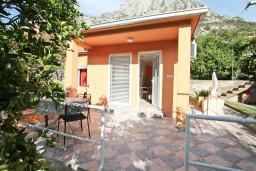 Фасад дома. Черногория, Доброта : Уютный домик с отдельной спальней и с террасой