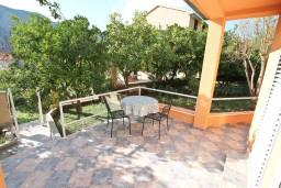 Терраса. Черногория, Доброта : Уютный домик с отдельной спальней и с террасой