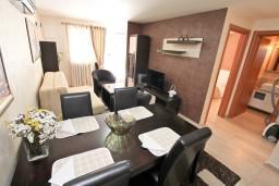 Гостиная. Черногория, Муо : Современный апартамент с отдельной спальней, с террасой с видом на море, 20 метров до пляжа