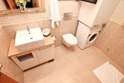 Ванная комната. Черногория, Муо : Современный апартамент с отдельной спальней, с террасой с видом на море, 20 метров до пляжа