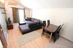 Гостиная. Черногория, Муо : Современный апартамент с отдельной спальней, с балконом с видом на море, 20 метров до пляжа