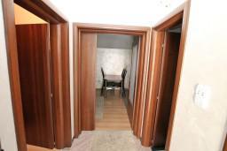 Коридор. Черногория, Муо : Современный апартамент с отдельной спальней, с балконом с видом на море, 20 метров до пляжа