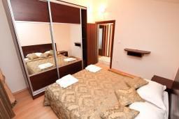 Спальня. Черногория, Муо : Современный апартамент с отдельной спальней, с балконом с видом на море, 20 метров до пляжа