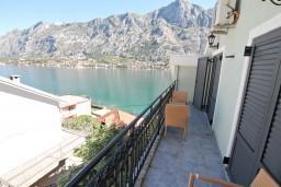 Балкон. Черногория, Муо : Современный апартамент с отдельной спальней, с балконом с видом на море, 20 метров до пляжа