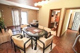 Гостиная. Черногория, Муо : Современный апартамент для 5-7 человек, с 2-мя отдельными спальнями, с балконом с видом на море, 20 метров до пляжа