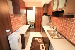 Кухня. Черногория, Муо : Современный апартамент для 5-7 человек, с 2-мя отдельными спальнями, с балконом с видом на море, 20 метров до пляжа