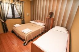 Спальня 2. Черногория, Муо : Современный апартамент для 5-7 человек, с 2-мя отдельными спальнями, с балконом с видом на море, 20 метров до пляжа