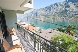 Балкон. Черногория, Муо : Современный апартамент для 5-7 человек, с 2-мя отдельными спальнями, с балконом с видом на море, 20 метров до пляжа