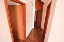 Коридор. Черногория, Селяново : Апартамент для 7-9 человек, с 2-мя отдельными спальнями, с 3-мя ванными комнатами, с террасой с видом на море, 20 метров до пляжа
