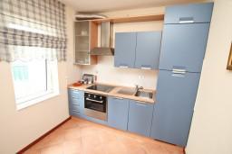 Кухня. Черногория, Герцег-Нови : Апартамент с отдельной спальней, с балконом с видом на море