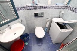 Ванная комната. Черногория, Герцег-Нови : Апартамент с отдельной спальней, с балконом с видом на море